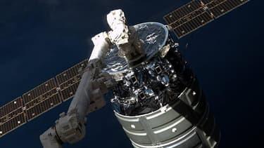 La capsule Cygnus lors de son arrivée sur l'ISS le 12 janvier 2014.