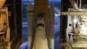 La navette Discovery quittant le hangar d'assemblage, fin septembre. Le lancement de la navette spatiale américaine Discovery a été reporté en raison d'une fuite d'hélium constatée dans le système de pressurisation. /Photo prise le 20 septembre 2010/REUTE