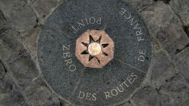 La rose des vents située à 50 mètres de l'entrée de Notre-Dame de Paris, sur le parvis, matérialise le point kilométrique zéro des routes de France, partant de la capitale.