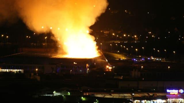 L'incendie s'est déclaré vers 18 heures, dans cet ancien entrepôt Eternit.