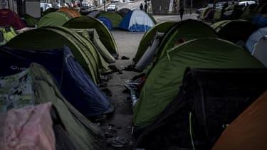 Un campement de migrants dans le nord de Paris.