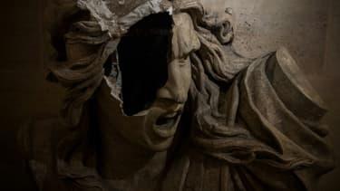 Une statue endommagée à l'intérieur de l'Arc de Triomphe pendant une manifestation de gilets jaunes, le 12 décembre 2018 à Paris