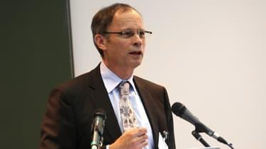 """""""Nos institutions non seulement créent du chômage mais aussi du mal-être. Comme les emplois disponibles sont des CDD, un CDI reste à son emploi même s'il ne le satisfait plus"""" explique Jean Tirole, prix Nobel d'économie en 2014."""