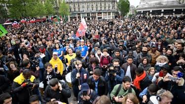 """À l'appel du collectif """"Front Social"""", plusieurs centaines de manifestants se sont rassemblés lundi 8 mai place de la République à Paris."""