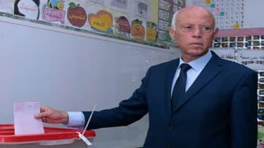 Universitaire, juriste, conservateur et anti-système… Qui est Kaïs Saïed, le vainqueur de la présidentielle en Tunisie ?