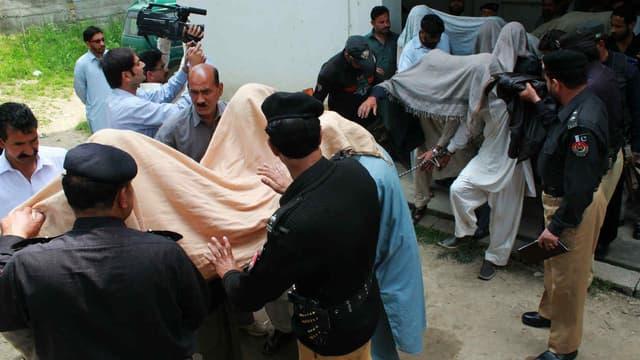 Le 5 mai 2016, à Abbottabad, la police pakistanaise escorte des individus suspectés d'avoir tué et brûlé une femme ayant aidé son amie à s'enfuir avec son amant, pour se marier. (Photo d'illustration)