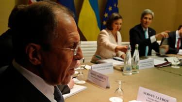 Le ministre des Affaires étrangères Serguei Lavrov (premier plan) et John Kerry (USA), à la table des pourparlers sur l'Ukraine, à Genève le 17 avril 2014.
