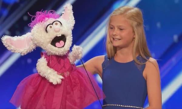 """La jeune Darci Lynne Farmer et sa marionnette dans """"America's Got Talent"""" le 30 mai 2017."""