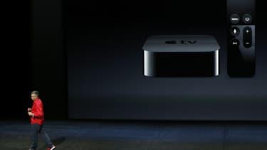La nouvelle version du boîtier multimédia Apple TV donnera accès au magasin en ligne d'applications App Store et sera dotée d'une interface permettant aux utilisateurs de rechercher des programmes en utilisant l'assistant vocal Siri