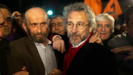 Can Dundar, rédacteur en chef du quotidien turc Cumhuriyet, et Erdem Gül, son chef de bureau à Ankara, après avoir été libérés de prison le 26 février 2016 à Istanbul