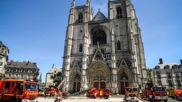 Des pompiers sur le parvis de la cathédrale de Nantes après un incendie, le 18 juillet 2020