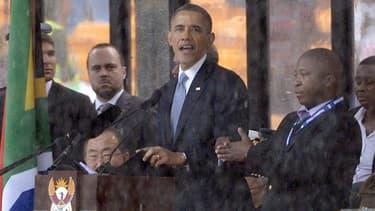 """A droite, l'interprète """"mystère"""" de la cérémonie hommage à Nelson Mandela, ici """"traduisant"""" le discours de Barack Obama."""