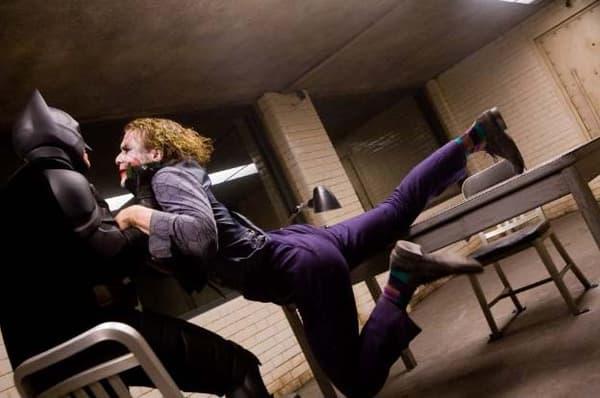 "La chaise Emeco 1006 dans la salle d'interrogation de ""The Dark Knight""..."