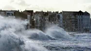 Des vagues s'écrasent sur la jetée à Wimereux, dans le nord de la France, le 3 janvier 2018.