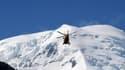 Un hélicoptère de la sécurité civile survole le Mont Blanc à Chamonix, le 12 juillet 2012.