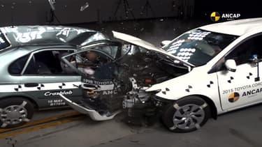 Le choc est beaucoup moins bien encaissé par la Corolla de 1998 à gauche que celle de 2015