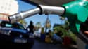 """Jean-Marc Ayrault a jugé lundi """"pas très loin de la réalité"""" une baisse comprise entre deux et quatre centimes du prix du litre d'essence."""