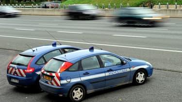Une patrouille de gendarmerie sur l'autoroute.