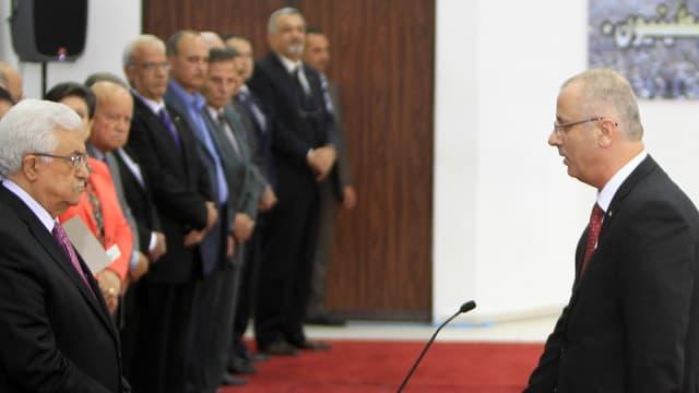 Le premier ministre Rami Hamdallah prête serment devant le président palestinien Mahmoud Abbas, le 2 juin 2014 à Ramallah.