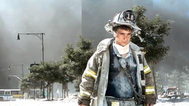 Un pompier exténué et couvert de poussière, le 11 septembre 2001.