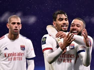 La joie de l'attaquant brésilien de Lyon, Lucas Paqueta, félicité par l'attaquant néerlandais Memphis Depay, après avoir ouvert le score à domicile contre Angers, lors de leur match de L1, le 11 avril 2021 au Groupama Stadium à Décines-Charpieu, près de Lyon