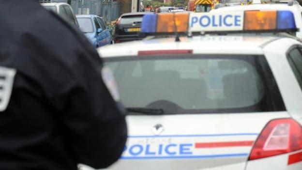 Policier et véhicule de police. (Illustration)