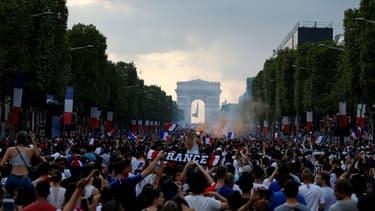 Des centaines de milliers de personnes se sont rassemblées dimanche soir sur les Champs-Elysées.