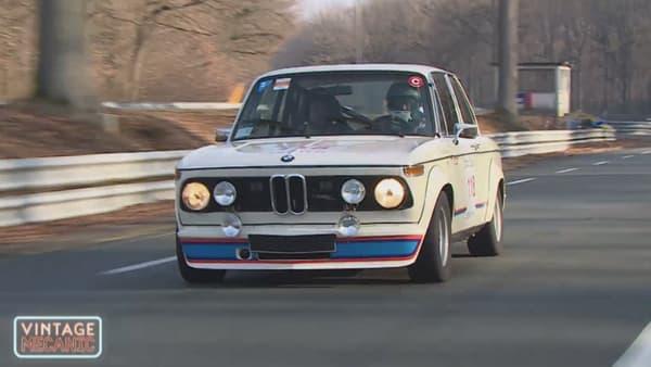 Le Tone, au volant de la BMW 2002 Turbo sur le circuit de Linas-Montlhéry (Essonne).