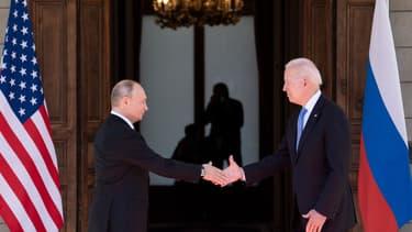 La poignée de main entre Joe Biden et Vladimir Poutine, le 16 juin 2021, à Genève.