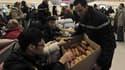 Distribution de vivres à Roissy, où 700 voyageurs devront passer le réveillon de Noël en raison des mauvaises conditions météorologiques qui ont désorganisé le transport aérien. /Photo prise le 24 décembre 2010/REUTERS/Julien Muguet
