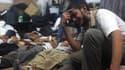 Un partisan de l'ancien président Morsi pleure au milieu des cadavres, après l'intervention policière ce mercredi matin.