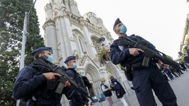 Des policiers sécurisent la basilique Notre-Dame à Nice après l'attentat, le 29 octobre 2020