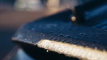 Des gouttes d'eau sur un véhicule (Photo d'illustration).