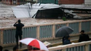 A Tegucigalpa, capitale du Guatemala. Agatha, première tempête tropicale de la saison cyclonique, a fait au moins 96 morts ce week-end en Amérique centrale dont 83 au Guatemala. /Photo prise le 30 mai 2010/REUTERS/Edgard Garrido