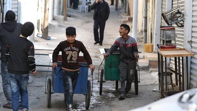 De jeunes Jordaniens travaillent à Amman, le 10 janvier 2021.