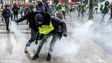 Des manifestants sur les Champs-Elysées - Image d'illustration