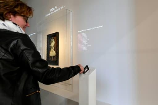 """L'une des 25.000 internautes propriétaires du """"Buste de mousquetaire"""" de Pablo Picasso dispose de sa carte numérotée pour aller voir l'oeuvre au Musée d'art moderne et contemporain de Genève le 27 avril 2018"""