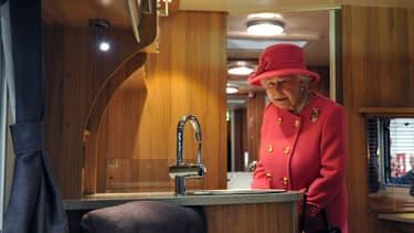 La reine s'émerveille du confort des campings-car, un monde jusqu'à alors inconnu pour elle
