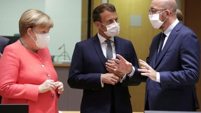 La chancelière allemande Angela Merkel (g), le président français Emmanuel Macron (c) et le président du Conseil européen Charles Michel à Bruxelles, le 17 juillet 2020