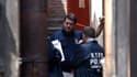 Policiers new-yorkais enquêtant près de l'endroit où Etan Patz, un enfant de six ans, avait disparu en 1979. Pedro Hernandez, 51 ans, qui a avoué avoir tué le jeune garçon, a été officiellement présenté à la justice vendredi et va être poursuivi pour meur
