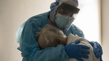 Un médecin enlace un patient atteint du Covid-19 à l'hôpital de Houston.