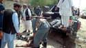La police afghane déplaçant les victimes de l'attentat suicide à à Pul-e-Khumri lundi.