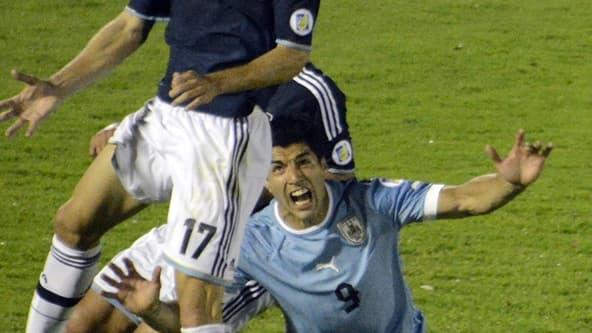 Luis Suarez, tombe sans être touché