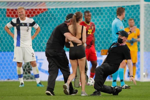 Le spectatrice évacuée après son intrusion pendant Belgique-Finlande