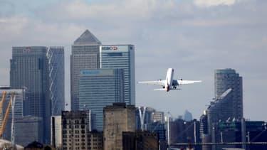 Un avion décolle de l'aéroport de Londres en mars 2020