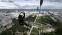 Une tyrolienne a été installée à la tour Eiffel jusqu'au 2 juin.