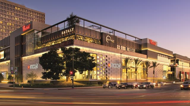 L'australien Westfield  est notamment propriétaire de Westfield Londres, Westfield World Trade Center à New York et du Forum des Halles à Paris.