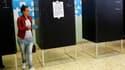 Dans un bureau de vote à Cvitavecchia, à 70 km au nord de Rome. Les Italiens ont commencé à voter dimanche pour des élections municipales partielles -premier scrutin de l'ère Mario Monti, le président du Conseil- dans un climat politique marqué par les sc