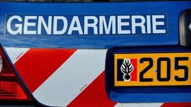 Le gendarme, blessé au visage, a dû être transporté à l'hôpital pour des points de suture.