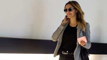 Nabilla Benattia dans les couloirs du tribunal de Nanterre.